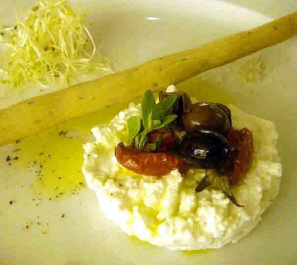Ricotta di pecora olive e pomodori secchi
